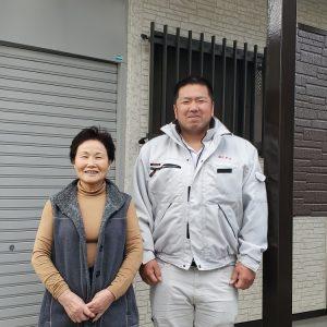 お客様と2人で塗装工事後の記念写真