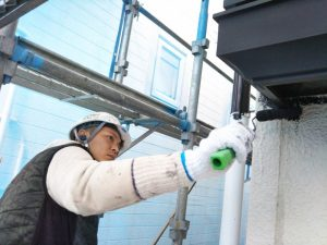 ローラーを使って手塗り塗装する職人
