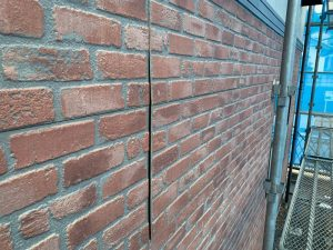 反り返った外壁