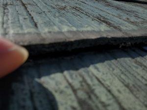 スレート屋根の重なり目